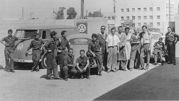 Felix Burian mit seiner Frau Netty und seinen Mitarbeitern 1960 auf dem Hof seiner Werkstatt (Foto: Felix Burian, Privatsammlung)