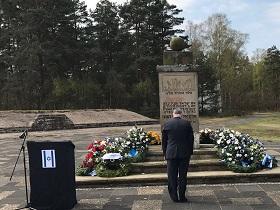 Der Gesandte Nir-Feldklein bei der Kranzniederlegung im ehemaligen Konzentrationslager Bergen-Belsen (Foto: Botschaft)