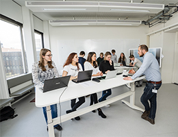 studenten en docent maken gebruik van het teaching and learning lab