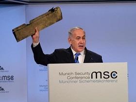 Premierminister Netanyahu hält während seiner Rede ein Teil der iranischen Drohne in die Höhe, die über Israel abgeschossen wurde (Foto: GPO/Amos Ben Gershom)