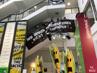 Bauern hängen in Greenpeace-Zentrale Plakat auf